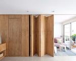Chiếc vách cửa đầy sáng tạo khiến cho ngôi nhà của cặp vợ chồng trẻ trở nên linh hoạt