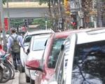 Chiến dịch đòi lại vỉa hè: Dân Hà Nội vẫn phải luồn lách qua bãi giữ xe dưới lòng đường