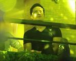Kim Lý lặng lẽ ngồi góc khuất nghe Hồ Ngọc Hà hát ở phòng trà tại Hà Nội