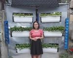 Chiều hết mực, chồng 8X Thanh Hóa thiết kế cổng tôn cho vợ trồng rau