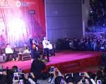 Văn Thanh diễn lại tư thế ăn mừng trong Lễ vinh danh 4 tuyển thủ U23 tại Hải Dương