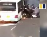 Hành khách giẫm đạp nhau tháo chạy khỏi xe buýt bốc cháy