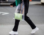 Phát cuồng vì chiếc túi hàng hiệu trông hệt như túi nilon đi chợ, thật không hiểu chị em nghĩ gì?