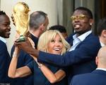 Khoảnh khắc thú vị: Phu nhân Tổng thống Pháp 'cướp' cúp vàng từ tay các cầu thủ