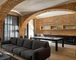 Ngôi nhà gây choáng ngợp bởi hệ thống tường làm từ gạch cổ điển bao phủ toàn bộ không gian sống
