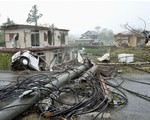 Siêu bão châu Á Hagibis mạnh nhất thế kỷ xé tan nát nhà cửa, phá hủy xe sang và cuốn trôi người