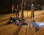 Cha mẹ mới chết vì tai nạn giao thông, con trai đi xe máy tông gốc cây trên vỉa hè tử vong