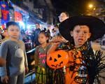 Phố cổ Hà Nội rộn ràng vì hàng trăm 'ma nhí' dễ thương tối Halloween