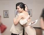Á hậu Tú Anh thân thiết với 'đàn chị' - siêu mẫu Vũ Cẩm Nhung trong lễ ra mắt sách