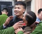 Mẹ Khá 'bảnh' ôm chầm con trai trước sân tòa