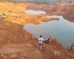 Trượt chân ngã xuống hố khai thác quặng, 2 học sinh chết đuối thương tâm