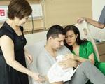 Chồng Tây của Phương Mai một tay chăm vợ và con trai mới sinh