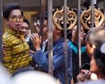 Hàng nghìn người tới biệt thự của Ngọc Sơn chờ nhận gạo
