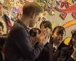 Hành động đáng yêu của Hoàng tử Harry khi được khen đẹp trai