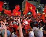 Cổ động viên vỡ òa sung sướng trước bàn thắng mở tỷ số của U22 Việt Nam