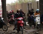 Hà Nội: Xe máy, ô tô 'đánh vật' để di chuyển qua công trường đường đua F1