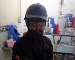 Người mặt đen 'quái dị' cầm đầu gà đi ăn xin ở Hà Nội khiến dân mạng hốt hoảng