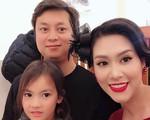 Thành Vinh 'Phía trước là bầu trời' cùng vợ con trở về Việt Nam với ngoại hình khác lạ