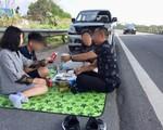 Cục CSGT vào cuộc xác minh video cả gia đình đỗ xe, bày tiệc ngay trên đường cao tốc
