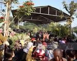 Đám đông chen lấn, giẫm đạp lên các mộ phần để tìm 'vị trí đẹp' theo dõi tang lễ Anh Vũ