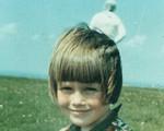 """Bức ảnh """"người ngoài hành tinh"""" sau lưng bé gái gây xôn xao 55 năm trước"""