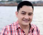 MC Thảo Vân thay mặt nhiều nghệ sĩ miền Bắc gửi tiền phúng viếng đến gia đình nghệ sĩ Anh Vũ
