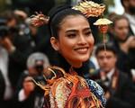 Khác hẳn với hình ảnh 'tức mắt' của Ngọc Trinh, Á hậu Trương Thị May kín đáo mà vẫn nổi bật tại LHP Cannes