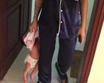 Thót tim hình ảnh bà mẹ trẻ túm áo xách con nhỏ mới vài tháng tuổi lủng lẳng trên tay