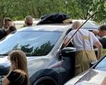 Kinh hoàng ác mẫu nhốt con nhỏ trong xe giữa trời nóng