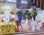 Phi Thanh Vân tiều tụy, ôm mẹ khóc trong đám tang cha ruột