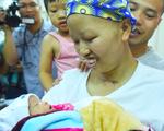 Người mẹ ung thư cùng con trai Bình An lần đầu xuất viện trở về quê