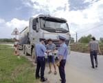 Hà Nội ra quân xử lý xe quá tải trên tuyến đê Hữu Hồng
