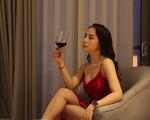 Diện váy ren ngủ sexy, Nhã Quỳnh Nga suýt ngã sấp mặt khi quyến rũ Vũ - Quốc Trường trong 'Về nhà đi con'