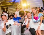 Vợ tỷ phú sòng bài bị bàn tán vì ngồi lên đùi con trai riêng của chồng