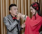 NSƯT Việt Hoàn được bà xã chăm sóc ở hậu trường