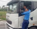 Thanh tra giao thông 'đánh đu' trên xe quá tải né trạm cân gần 3km