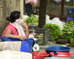 Chùm ảnh: Người dân bịt kín mặt mũi đối phó mùi hôi khét sau vụ cháy kho Công ty Rạng Đông