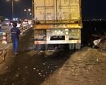 Kinh hãi xe container tông hàng loạt xe trên cầu Thanh Trì, khiến 1 người văng xuống sông