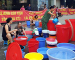 Hà Nội: Bị cắt nước, dân chung cư cao cấp xuống sảnh tòa nhà giặt giũ quần áo, rửa bát đũa
