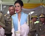 Hoàng quý phi Thái Lan lẻ loi đi sự kiện một mình, gây bất ngờ với phong cách hoàn toàn trái ngược với Hoàng hậu