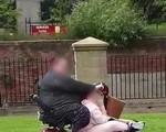Cười bò cảnh tượng 2 cô nàng béo phì cùng cưỡi lên con xe máy mini, chẳng hiểu sao xe vẫn bon bon chạy
