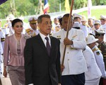 Hoàng hậu Thái Lan xuất hiện tình cảm bên chồng trong khi Hoàng quý phi lẻ loi một mình, đeo tạp dề nấu ăn từ thiện