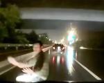 Người đàn ông băng qua đường gây tai nạn rồi bỗng nhiên lăn ra ăn vạ đòi tiền