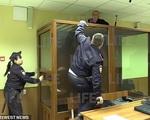 Sau khi sát hại chị gái, kẻ giết người tìm cách tẩu thoát qua trần nhà của tòa án nhưng nhận về cái kết 'dở khóc dở cười'