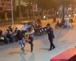 Đình chỉ nam nhân viên bảo vệ đánh đấm túi bụi vào mặt người phụ nữ tại vỉa hè Trung tâm thương mại ở Hà Nội