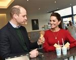 Khoảnh khắc âu yếm hiếm hoi của Công nương Kate dành cho chồng - Hoàng tử William