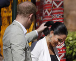 Chỉ với một hành động giản đơn với vợ, Harry đã bị nhiều người chế giễu, chê bai 'yêu cuồng'