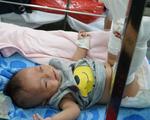 Xót xa bé 4 tháng tuổi bị bố đánh gãy chân, xuất huyết não: 'Bố gì mà ác thế'!