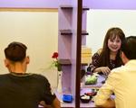 """Lẩu """"hẹn hò"""" giúp người trẻ thoát ế đắt khách ở Sài Gòn"""