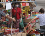 Hà Nội: Mỗi ngày tiếp hàng trăm người, chủ tiệm tạp hóa dựng 'lá chắn' phòng COVID-19
